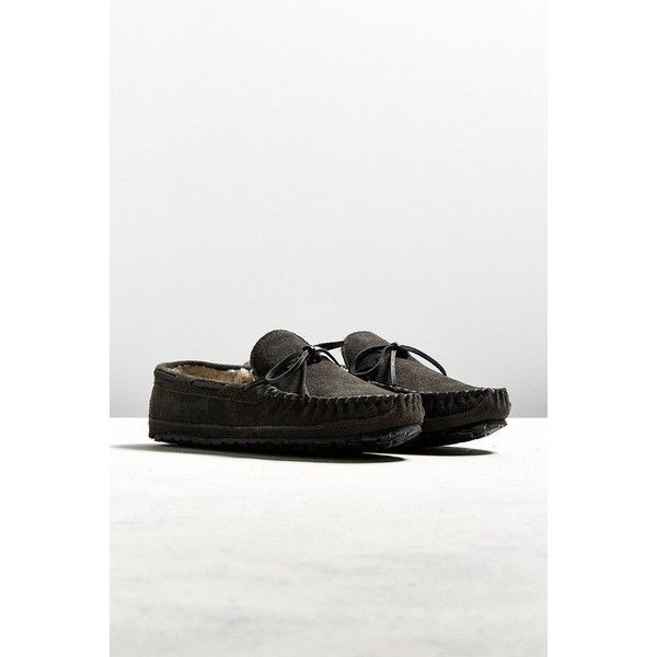 Minnetonka Casey Slipper ($43) ❤ liked on Polyvore featuring men's fashion, men's shoes, men's slippers, american eagle mens shoes, mens moccasins shoes, mens moccasin slippers, mens fleece lined slippers and minnetonka mens slippers