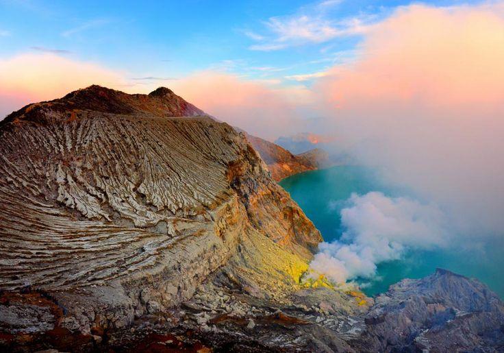 På Java i Indonesien ligger Ijen Vulkanen. Som noget helt specielt ligger Ijen inden i en anden vulkanåbning, som er 20 kilometer bred, og et andet helt særligt kendetegn er den smukke kratersø i midten af vulkanen med næsten spøgelsesagtigt turkisblåt.