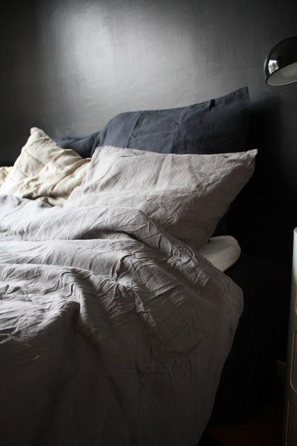 Unissani en pahemmin katsele lakanoitani. Jos kuitenkin aamulla unohdan pedata sänkyni, toivon sänkyni näyttävän rauhalliselta ja pehmeältä. Pellavaiset lakanat, sävyiltään maanläheiset, yksinkertaiset ja kestävät.
