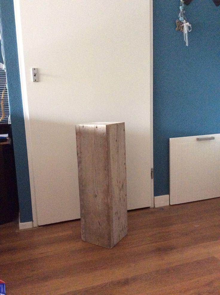 Een gebruikt steigerhouten pilaar om over een wit paaltje te doen.