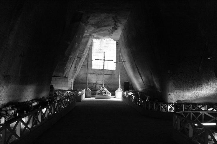 Luogo che racconta il particolarissimo rapporto del popolo napoletano con la morte. Visite guidate a cura di MANI E VULCANI info 081.5643978 - 340.4230980
