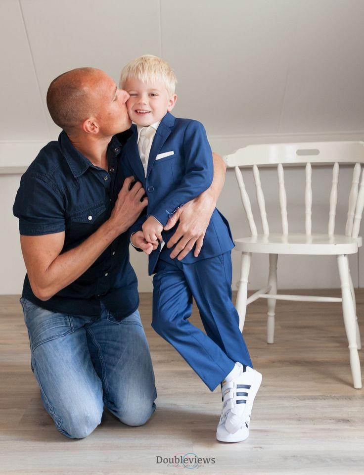Wat een heerlijke foto. Het jongetje is ook om op te eten!! Hij heeft een jongenskostuum aan van Corrie's. Model Evan in de kleur: blue roi. Een super mooi kinderpak, getailleerd en met trendy accenten. Het lijkt wel een klein maatpak. Kijk snel op bruidskindermode.nl voor dit bruidsjonkerkostuum, of voor nog meer mooie bruidskinderkleding. Trouwen, bruiloft, huwelijk, bruidsjonkers, bruidsjonkerkleding, bruidsjonkerpak, bruidkinderen, bruidsjonkers.