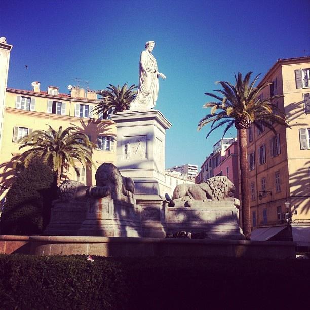 Une magnifique place de Corse.
