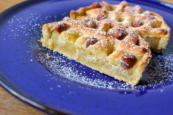 Lækker og efterårsgylden tærte med dejlig smag af æble, marcipan og skønne ristede hasselnødder. Mums!