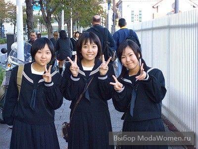 Японские школьницы в костюмах в морском стиле одежды 2012, которые называются «сэйлор-фуку».