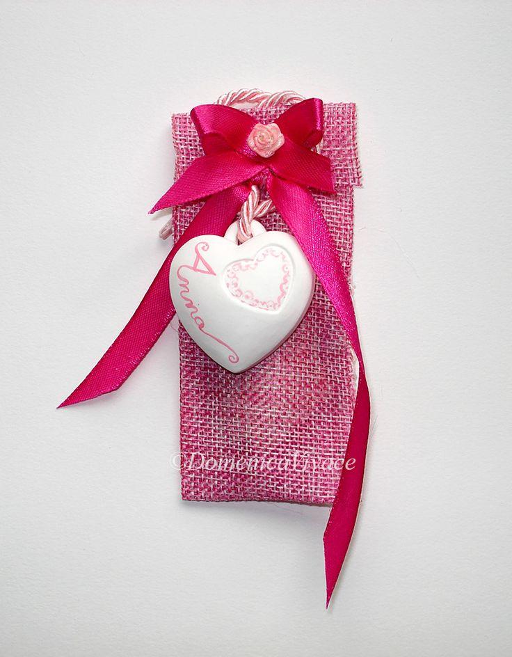 Bomboniera nascita/compleanno cuore in gesso magnete( o da appendere) dipinto a mano, completa di sacchetto porta-confetti confezionato a mano.