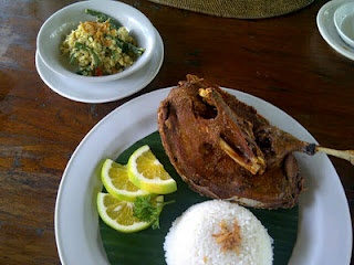 fried crispy duck at Laka Leke restaurant. This is one of the most famous local delicacies in Ubud. Tasty yet simple. Fried duck with 'sambal matah' [chili sauce made of diced chili and shallot mixed with coconut oil]. The meat is crispy outside and tender inside. This restaurant is far better alternative than the famous Bebek Bengil in Jalan Hanoman. It's more quiet and have much better view.