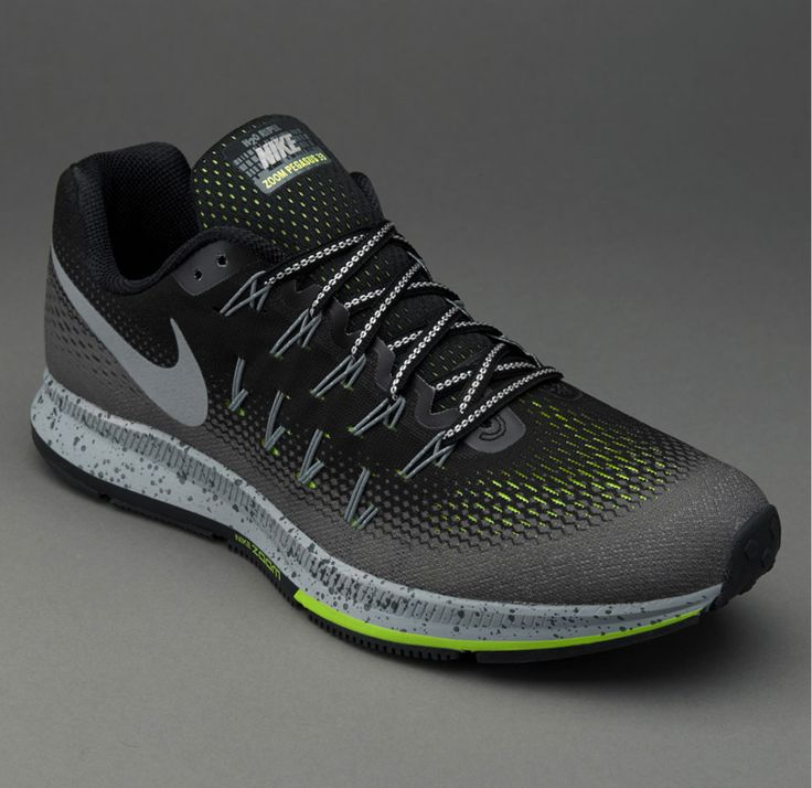 Remixed for cold, dark weather, the Men's Nike Air Zoom Pegasus 33 Shield  Running Shoe delivers warmth, comfort and superior multi-surface traction.