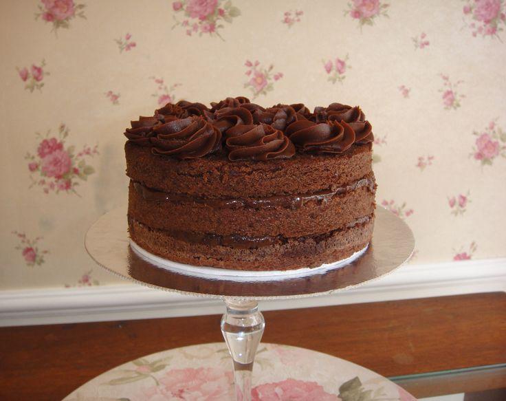 Bolo de Chocolate com recheio de brigadeiro e cobertura de rosas de ganache.