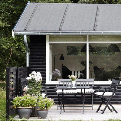 BoBedre. Det klassiske sommerhus i Odsherred er med en tilbygning blevet en skøn oase. Her står arkitekt Christina Halskov, af fra stress og jag i hverdagen, nyder livet og lader op til nye udfordringer.