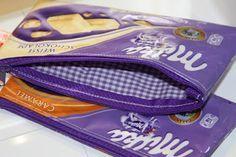 Ein Zippertäschchen aus Schokoladenpapier.