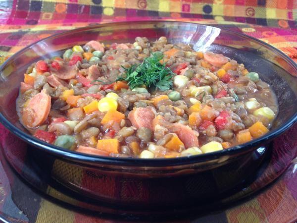 Aprenda a preparar lentilhas com legumes e linguiça com esta excelente e fácil receita. As lentilhas são uma leguminosa muito nutritiva e baixa em calorias. Têm feit...