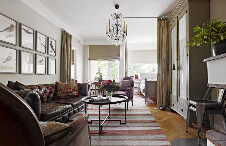 Vardagsrummet rymmer både matplats, sovalkov och arbetshörna. Ändå ser inte rummet ut att vara trångt. Soffan från Andrew Martin. Draperi och gardiner från Garbo.