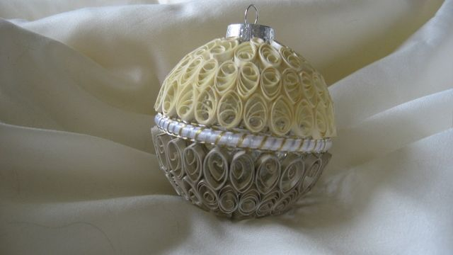 Paper quilled ornament in creme and gold