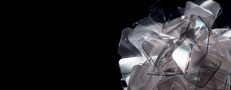 Clizia Suspension Large Fumé, proprio come una nuvola cattura la luce del sole e la carica di riflessi cangianti, riportando nell'ambiente il romantico chiarore delle prime ore del giorno. La versione a sospensione, disponibile in due diverse misure, si sviluppa in larghezza per riempire di decoro l'ambiente circostante. Nella versione Large (78 cm di diametro), …