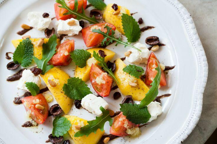フルーツトマト、マンゴー、クリームチーズのカプレーゼ レモンバームとタップナード添え