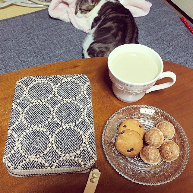 おやつの時間。 たっぷりのカフェオレとチョコチップクッキー&チョコチップ鈴カステラ☕️🍫🍪😍✨ 明日の予定を確認しつつ、ミッシェルを眺めつつ😊 今日は久しぶりに図書館へ。 雑誌コーナーで今月発売の雑誌をざっと確認📖 ダヴィンチとクロワッサンが今月のヒット✨ ダヴィンチの「読書の時に合わせたいお菓子」の特集と「江國香織さんのインタビュー」、クロワッサンの「パンとスープ」の特集がかなり良かったので何度も見返してしまいました😅 * どーでもいいことなんだけどサンシャイン池崎さんがかなり気になります。 ほんと、どーでもいい…🙄 * * #おやつ#おやつの時間#カフェオレ#チョコチップクッキー#チョコチップ鈴カステラ#鈴カステラ#手帳#ほぼ日手帳#ミナペルホネン#ミッシェル#猫#愛猫#雑誌#ダヴィンチ#クロワッサン#サンシャイン池崎
