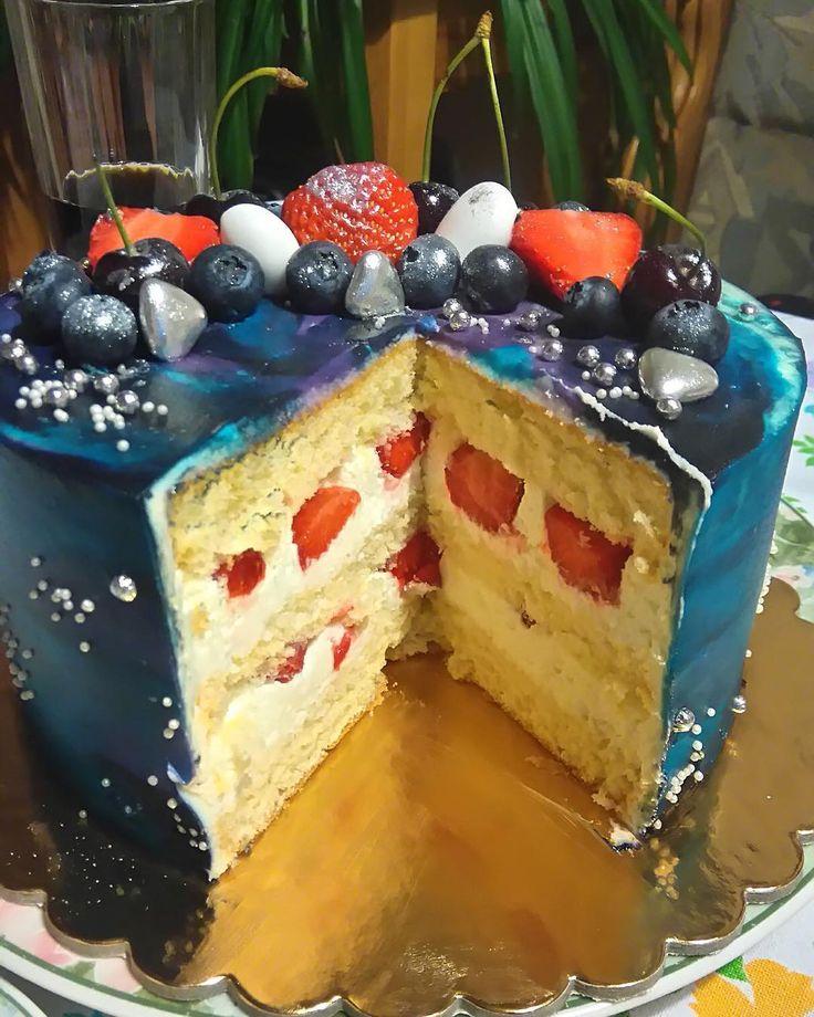 Jedná důležitá věc - fotka od zákazníka. Vnitřní mír kosmického dortu - vanilka a jahoda. Přeji vám hodně štěstí a hezký víkend. Один из ценных кадров. Внутренний мир #космоторта - ванильно-клубничный. Хорошей пятницы.  #cake #dort #krem #dortypodebrady #narozeniny #happybirthday #narozeninovydort #jahody #dortpoděbrady #instafood #instasweet #dortprodĕti #pečení #sweetcakes #czech #czechrepublic #poděbrady #praha