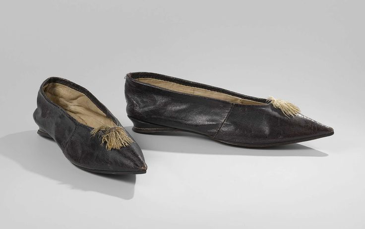 Pair of women's shoes with wedge heel and a tassel, anonymous, ca 1800 - ca 1810.