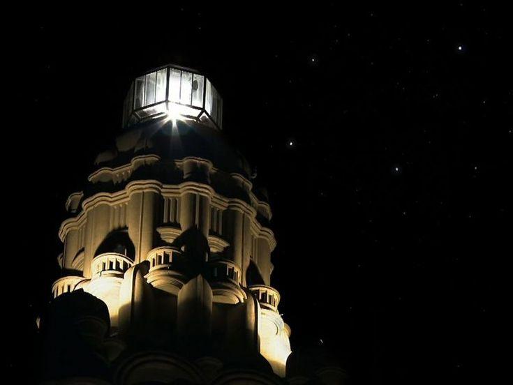 El gran faro giratorio del Palacio Barolo de 300.000 bujías era visible desde Uruguay. Sobre el faro está la constelación de la Cruz del Sur, que se ve alineada con el eje del Palacio Barolo en los primeros días de junio. La altura del edificio es de 100 metros y 100 son los cantos de la obra de Dante; tiene 22 pisos, tantos como estrofas los versos de La Divina Comedia.