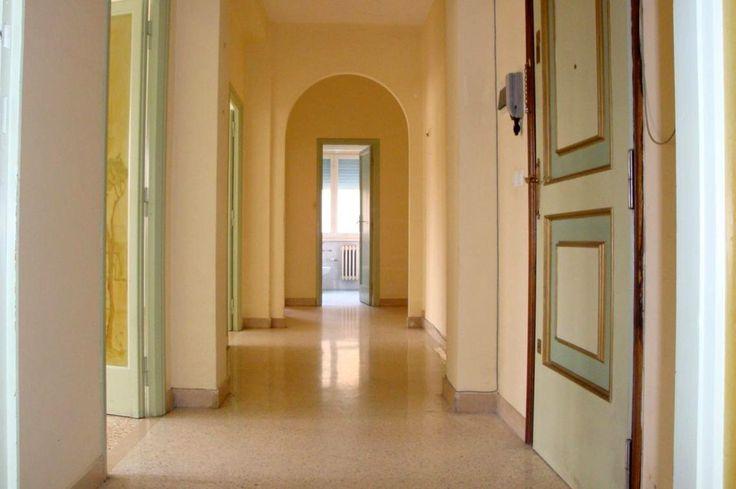 appartamento Terni zona centrale con ingresso corridoio, cucina, tinello, sala doppia, due camere, bagno, ripostiglio, cantina, balcone