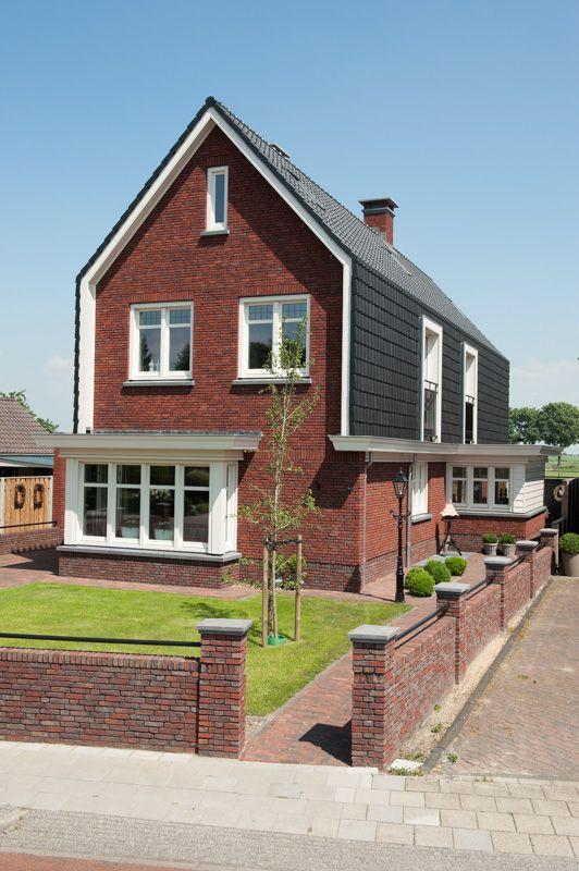 Bijzondere dakconstructie met deels verticale gevelbekleding met keramische dakpannen