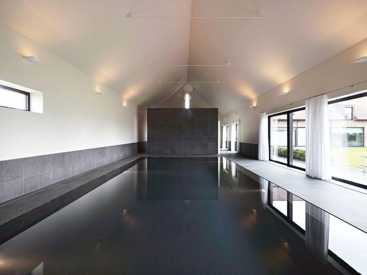 overloop binnenzwembad met strakke lijnen en veel lichtinval #binnenzwembaden #overloopzwembad #mozaiek #waterbehandeling-Ospa #rolluik-verzonken