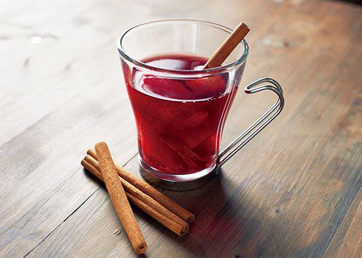 ■押切もえ特製 これで冷え性・風邪知らず! フルーツたっぷりホットワイン  ・材料(一杯分) 赤ワイン・・・200ml シナモンスティック・・・1本 フルーツ・・・お好み(今回はオレンジ、リンゴ、レモンピール) 生姜・・・1かけ(すっておく) はちみつ・・・大さじ1