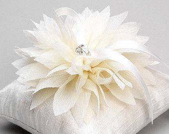 Cuscino anello avorio portatore dell'anello fiore