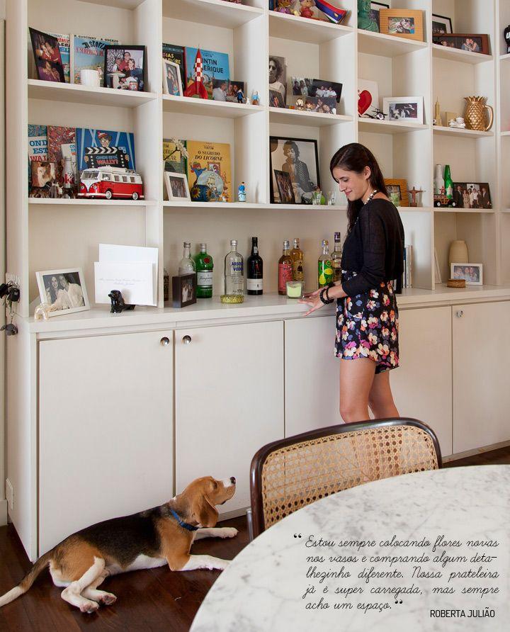 """Uma casa deve ser feita sem pressa e com muito afeto para contar histórias de vida. É nisso em que a chef e blogueira Roberta Julião, do Da Feira ao Baile, acredita e foi assim que ela construiu um lar ao lado do namorado, o administrador de empresas Luiz Felipe Catao. """"Toda a decoração foi pensada com carinho e aos poucos, o que a torna ainda mais especial. O apartamento representa o nosso estilo de vida e por isso é um lar perfeito"""", revela. MUITOS OBJETOS REUNIDOS EM VIAGENS E ..."""