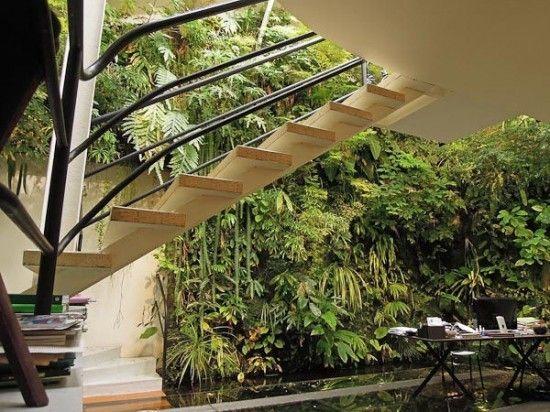 Drei der vier Wände in den offen gestalteten Innenhof sind in Pflanzen.