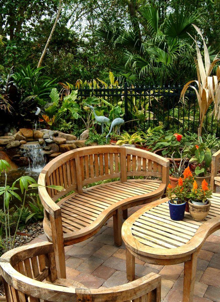 Небольшая деревянная скамейка выполнена в том же стиле, что и столик и может быть занесена в дом при смене погоды