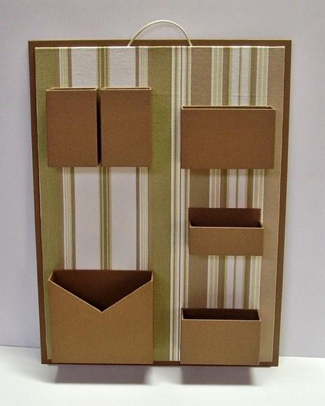 Organizador de materiais de escritório de parede.  Cartonagem com revestimento em tecido listrado e papel.  Ideal para não ocupar espaço em sua mesa de escritório. R$75,00