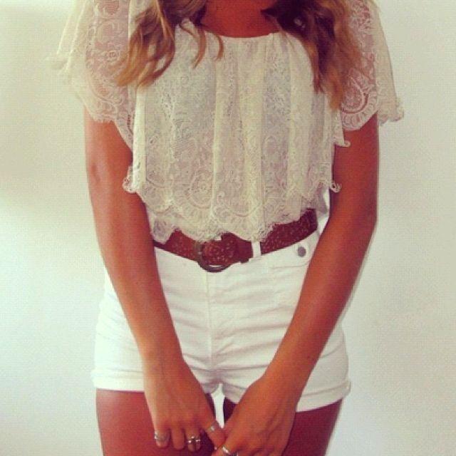 ¿sabian que el blanco refleja el calor? esa es una muy buena razon para incluir blanco en tus outfits y disfrutar de este bello color
