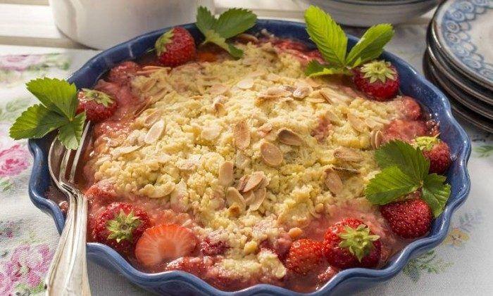 En smulpaj - Fru Bråttoms jordgubbspaj med mandel.