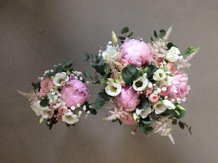 Brudebuket og brudepigebuket - bundet af pæoner, lisianthus, ranunkler, astilbe, brudeslør, euqalyptus og hjertegræs.