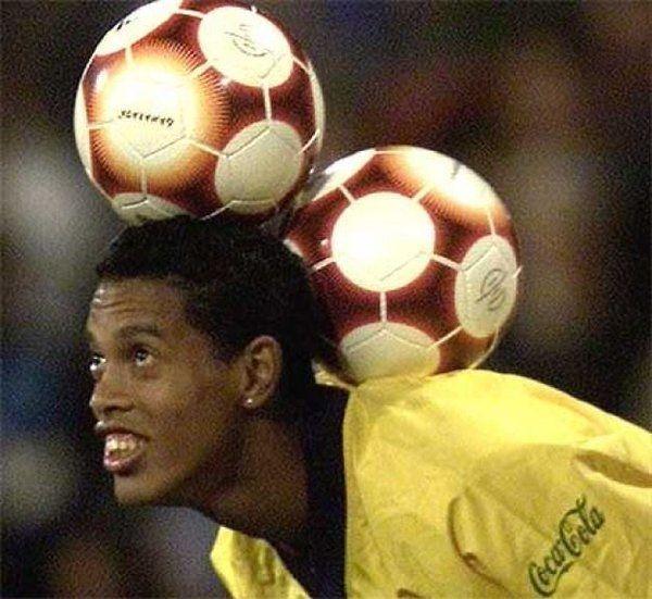 Brazylijczyk jednocześnie trzyma na głowie dwie piłki • Tak wygląda niesamowita kontrola piłki Ronaldinho Gaucho • Wejdź i zobacz >> #ronaldinho #football #soccer #sports #pilkanozna