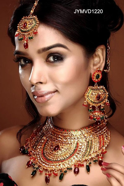 Indian Bridal Polki Jewelry set. Look at all that detail & those earrings!! <3