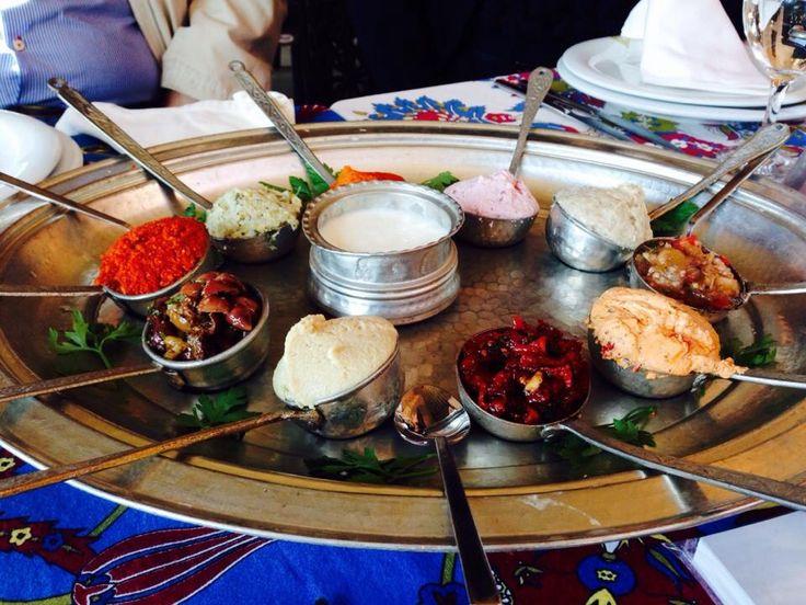 De Turkse keuken is erg gevarieerd en wereldwijd bekend om het lekkere, verse eten. Één van de specialiteiten die je veel zal tegenkomen in Istanbul zijn de Turkse  mezes, vergelijkbaar met de tapas want het zijn allemaal verschillende kleine hapjes. Heerlijk lang tafelen en genieten!