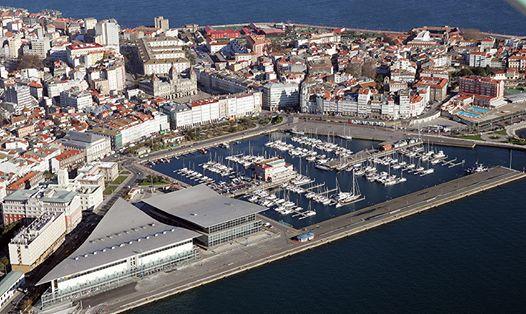 El centro y la ciudad vieja de A Coruña es prácticamente una isla, rodeada por las aguas del Océano Atlántico. En esta impresionante vista aérea podemos ver el Palacio de María Pita, las cristaleras de la Marina o el puerto deportivo. ¿Vienes a descubrirnos? www.turismocoruna.com