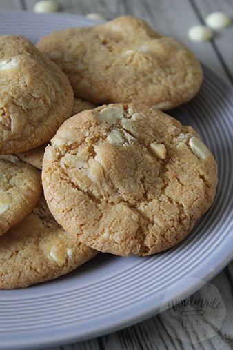 Het bakken van koekjes met macadamia noten staat al vrij lang om mijn 'to bake' lijst staan. Het is voor mij iets typisch Amerikaans om dit in een koekje samen met chocolade te verwerken. Ik maakte eerder al varianten, zoals depecan- en hazelnoot koeken. Macadamia noten zijn niet het meest goedkope (welke noot tegenwoordig wel?) …