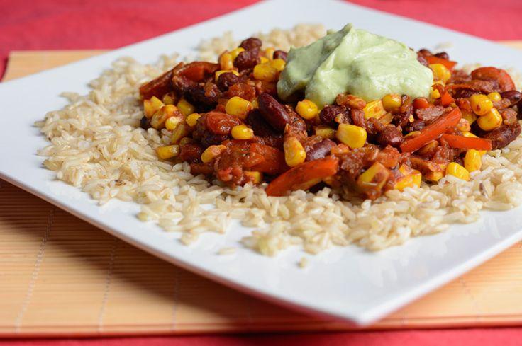 Brązowy ryż z sosem meksykańskim i dipem z awokado