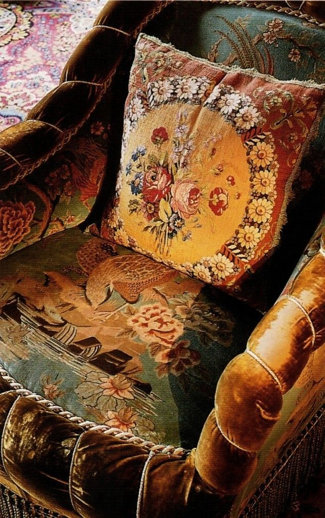 I must confess to being completely smitten with this style of upholstery.  ~Splendor