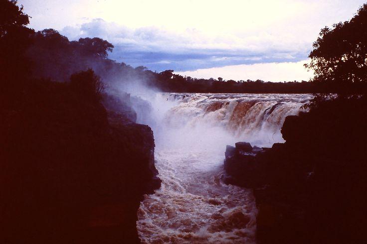 Salto de Sete Quedas, em Guaíra, estado do Paraná, Brasil, com 114 m de altura, localizadas no rio Paraná, próximo à fronteira Brasil / Paraguai. Imagem de Dezembro / 1978. Estas quedas foram submersas para a formação do Lago da Usina Hidrelétrica de Itaipu, em outubro de 1982.  Fotografia: Mario Cesar Mendonça Gomes no Flickr.