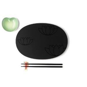 A di Alessi - ASG90 SET - Lily Pond Set per sushi composto da: piatto e bastoncini in melammina, piattino per salsa di soia e supporto per bastoncini in fine bone china. Decorato a mano.