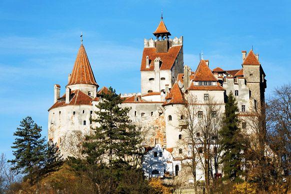 Les 15 plus beaux châteaux du monde - Châtelaine -Château de Bran, Roumanie  Aussi connu sous le nom de « château de Dracula », il attire de nombreux visiteurs, curieux de parcourir la mystérieuse demeure de l'Empaleur… Dans les faits, pourtant, Vlad Tepes (Dracula) n'aurait jamais mis les pieds dans ce splendide château médiéval. En 1377, Louis Ier de Hongrie fait construire une forteresse, au sommet du rocher de Dietrich, sur l'ancien site d'un château de l'ordre Teutonique. Beaucoup plus…