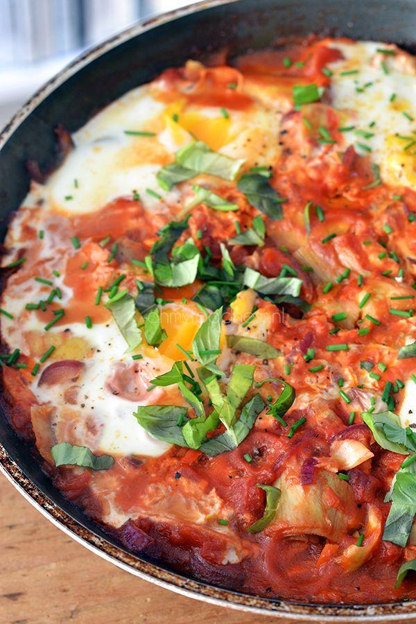 eieren in tomatensaus met rode ui, tomatenblokjes, artisjokharten, gedroogde chilivlokken, olijfolie, (verse) basilicum, (verse) bieslook, peper en zout