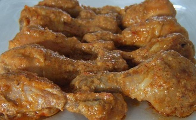 Ayam bumbu rujak is een gerecht van kip die gekookt wordt in een pittige  saus met kokos en kruiden .