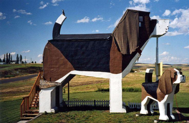 """Außen Hund, innen Hund... Es gibt ja einige Tierhotels, aber keines wie das """"Dog Bark Park Inn"""" in Cottonwood im US-Bundesstaat Idaho. Hier können Sie in einem riesengroßen Beagle übernachten.Die Inhaber des kleinen Familienhotels sind Künstler und haben das Hunde-Hotel selber gebaut. Das…"""