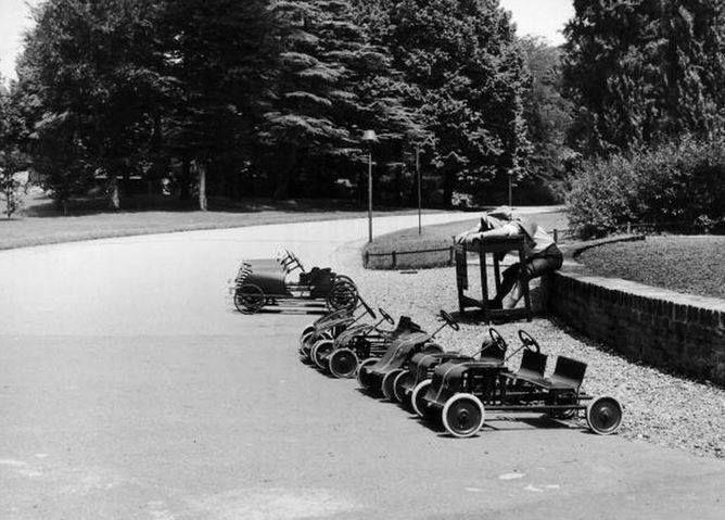 Estate del 1958, le mitiche automobiline a pedali dei Giardini Pubblici. Quanti ci hanno fatto almeno un giro, in gioventù?